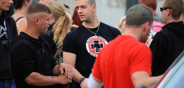 Thomas E. (Bildmitte) auf flüchtlingsfeindlicher Demonstration in Nauen am 29.05.2015